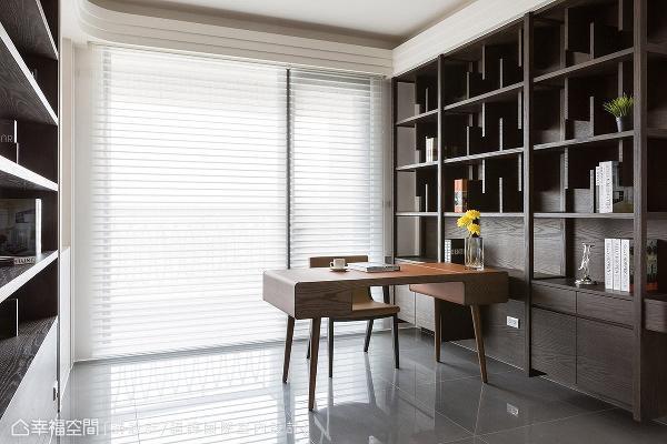 两侧的书柜设计以参差错落的隔板呈现出随兴的美式调性。