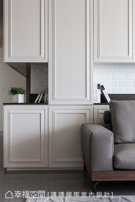上下柜体的中段作为展示机能,并铺以白色砖面增添视觉层次,搭配沉稳的木质色调,带出空间暖度。