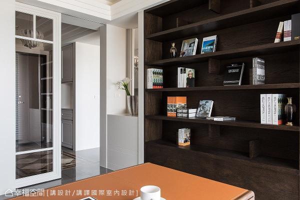 以玻璃拉门作为书房隔间,让视线及采光能够延续至玄关区域。