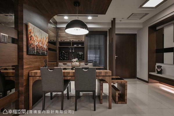 集层木与黑色烤漆玻璃共组的餐桌家私,可抽拉至客厅作为桌几,多元化的设计是屋主与设计师共同心血。