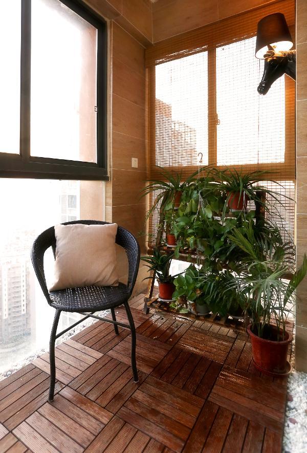 防腐木与鹅暖石,园林的造景手法,运用在阳台,在家也能享受公园般的休憩。