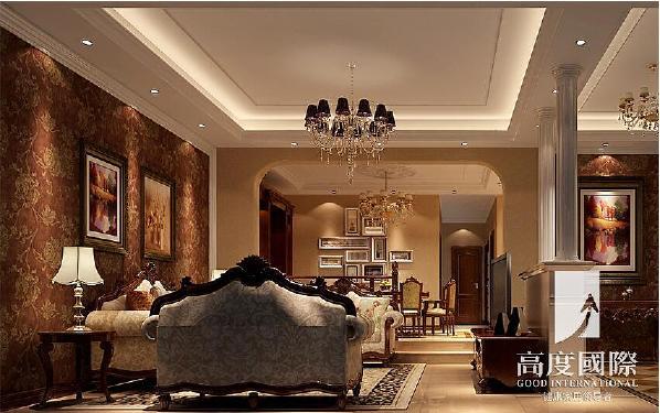 托斯卡纳风格客餐厅的设计以整体的木作定制酒柜,注重实用和美观香槟色的大地砖拼花设计与吊顶造型相呼应有对称的美感,。