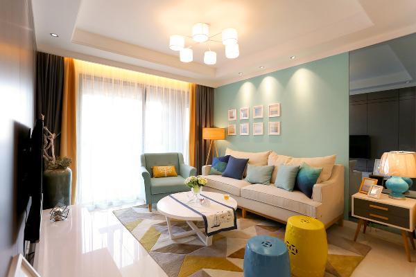 客厅的主色系以烟波蓝为主,米色的沙发,深蓝,浅蓝的抱枕,以及与之呼应的单椅,都是围合在一个色系里,然后利用搭配色的明黄,让整个空间更加跳跃。