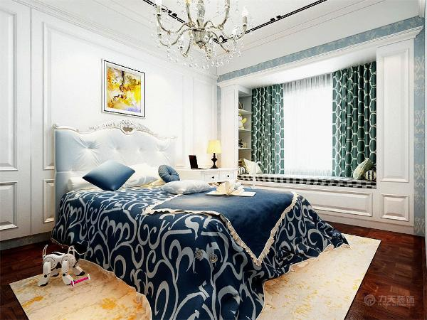 简欧儿童房的的设计涵盖了定制小阳台、窗帘,精美的油画的设计,都是点染欧式风格不可缺少的元素。
