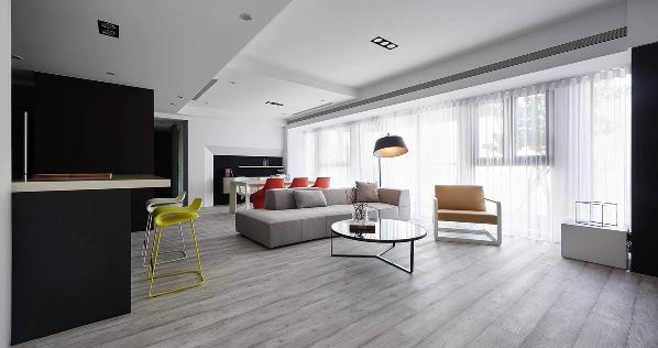 抛光黑色入口通道设计,这个现代极简的基调的住宅。时尚家具和功能贯穿整体空间。
