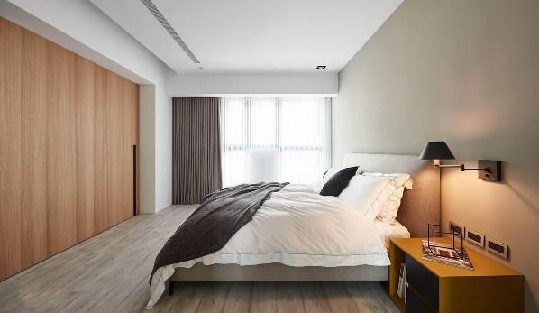 主卧室有一个大的木门,隐藏了更多的存储空间与电视。
