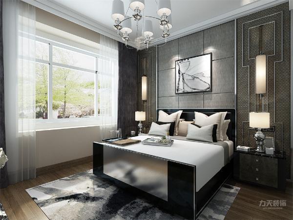 主卧室用灰色的床和背景墙来搭配,整体配色暖黄色80%,白色15%,其他5%.