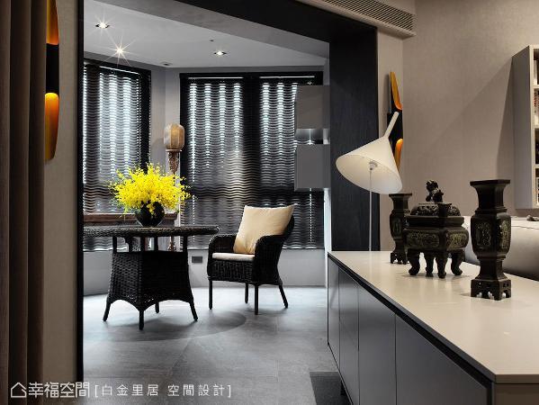 沙发后方的矮柜陈列中式器皿古物,精巧的摆设成为空间亮点,带来一步一景的视觉效果。