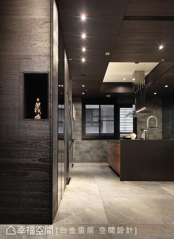 以深色木皮修饰柱体,搭配镶嵌灰镜质材,将鞋柜机能隐藏。内凹展示空间则摆放祥和的神像艺术品,具有沉淀身心的作用。