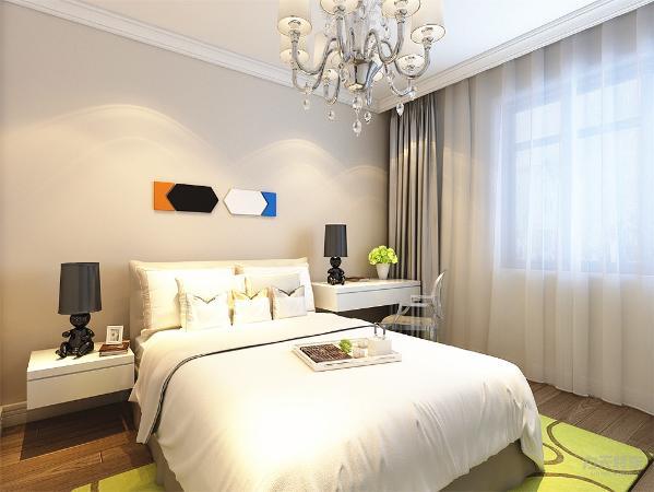 顶面石膏线装饰,地面实木复合地板通铺,床头背景墙简单的线条,清浅的色调营造了一种温馨的氛围。次卧和主卧的区别在于墙面的装饰更加简单,但浅黄乳胶漆同样营造出温馨氛围。