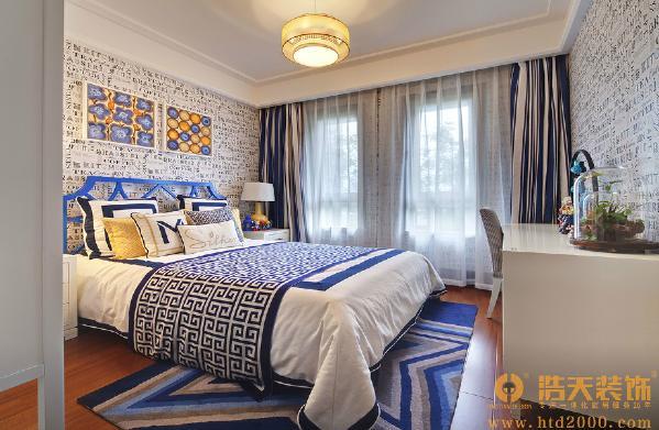 次卧:既继承了中国古典纹路的基本元素及表现手法,又融合了欧美的简易元素及线条吊顶的设计风格。