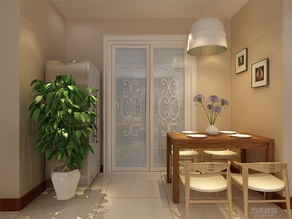 餐厅和厨房紧挨着,厨房的橱柜采用U型的布局,使空间得到最大化的利用率。厨房正对餐厅,方便就餐和打理。