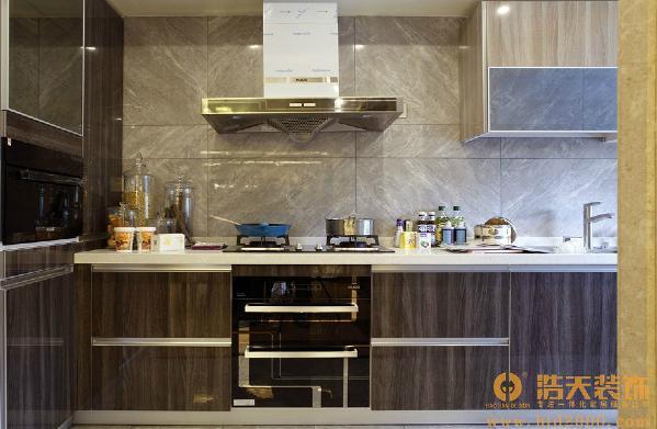厨房:木纹钢琴漆橱柜门,石纹抛釉大砖上墙,现代材料代替了树木及天然石。新中式风格不是纯粹的传统文化元素的叠加,而是通过对传统文化的认识,注入了中式风格的风雅元素,从而使空间散发清雅含蓄、端庄典雅。