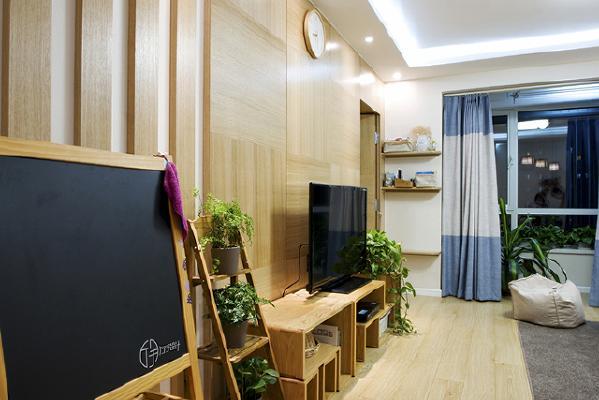 原本的设计采用了贴近自然追求环保的设计理念,连挂在墙上的表,和孩子用的黑板,也采用了用实木包裹的方式。