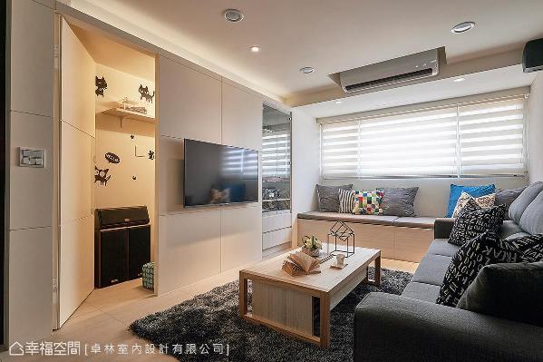 在电视墙后方以隐藏门的方式,规划一间可以置放大型对象的储藏室;靠窗区的卧榻,则兼有座椅及上掀式收纳的机能。