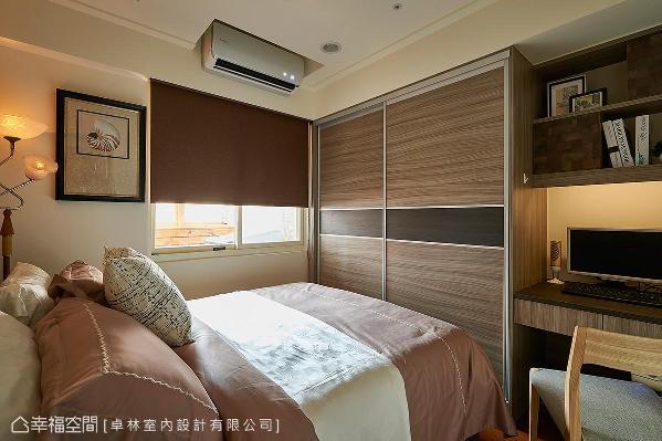 色调较为沉稳的长亲房,以系统柜的方式构置书桌及衣柜,并以跳色的腰带增添设计细节。