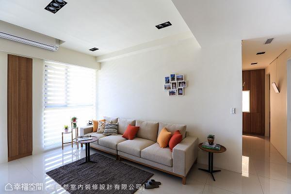 规划成温馨的相片墙,纪录一家人的生活点滴;刻意不做满的留白设计,与窗外自然光氛围相呼应。