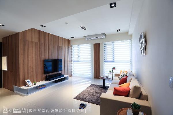 玄关进入客厅的转角,规划成鞋柜和电视墙;窗户间的修饰柱内,隐藏一座拥有丰富收纳格的抽拉式高柜。