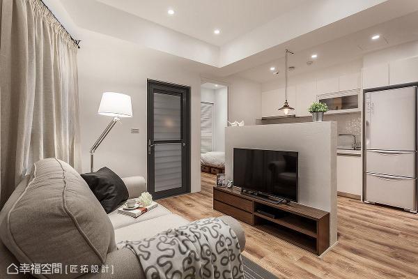 匠拓设计在有限的空间条件中,利用半高电视墙界定出客厅与餐厨区,开放式的设计手法让场域保有开阔感。