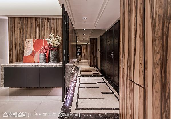 艺术总监张静峰以穿透的造型格栅与地坪滚边设计,分割出独立的玄关段落,同时不影响视觉通透度。