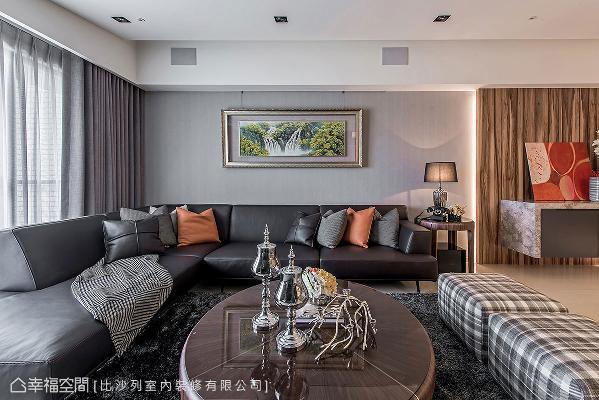 不同于电视墙的多变视感,沙发背墙以浅灰色打底,搭配深色沙发与家具,前后堆栈出色彩层次。
