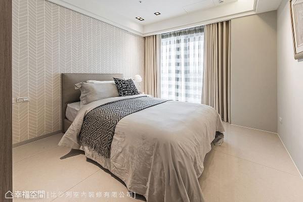 次卧以清浅的大地色为主调,床头则铺贴素雅的造型壁纸,带出浓厚的人文雅韵。