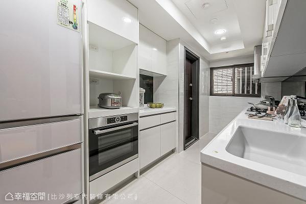 以纯白为主调的厨房,在流理台后方增设台面扩充备餐机能,并置入完善的电器柜、收纳柜,满足屋主的料理所需。