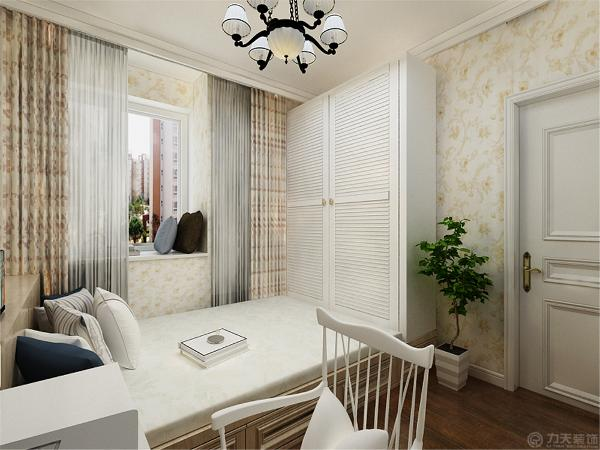 卧室采用淡雅的碎花,灯光偏暖黄色,给人一种温馨的感觉,不会感觉压抑。在卧室的设计上,没有采用床体,而是做了榻榻米,即实用,又美观。