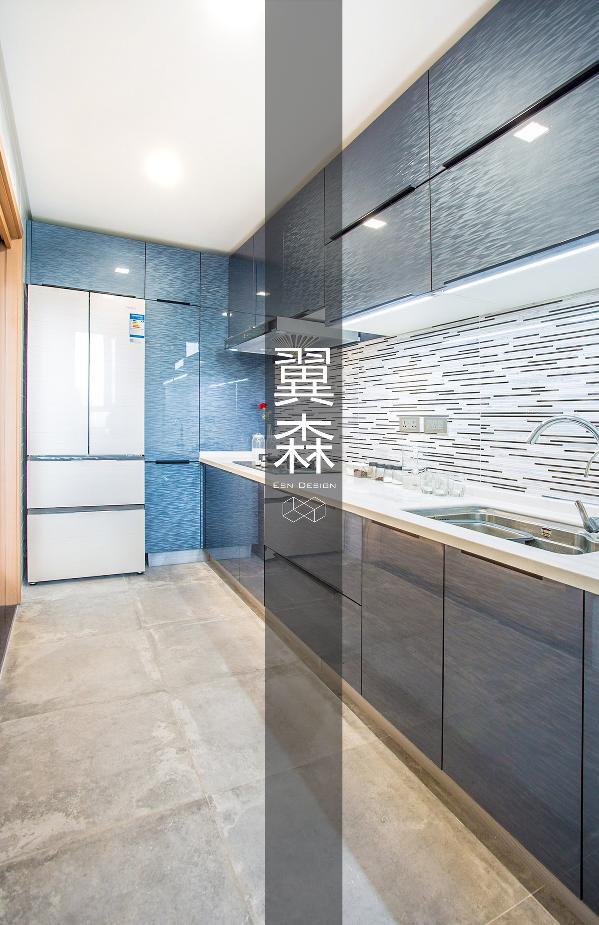 灯带与墙面的设计让厨房更有创意