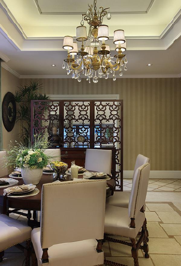 家具为弯腿式,家具、门、窗漆成白色。擅用各种花饰、丰富的木线变化、富丽的窗帘帷幄是西式传统室内装饰的固定模式,客厅作为待客区域,简洁明快,在软装摆件上多用仿古艺术品,地砖、石材都是各种仿旧工艺。