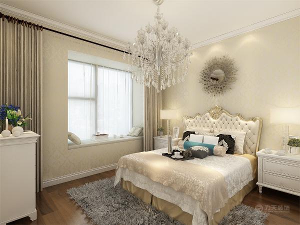 主卧比较奢华,墙面刷米色乳胶漆,床的造型为金边角花,地面选用颜色较深的木地板,使整个空间显得比较沉稳。次卧榻榻米的造型为中间桌子可以升降,可以做桌子也可以做床。