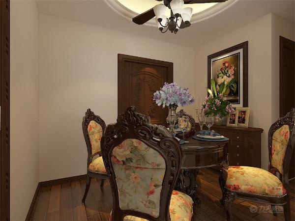 在客厅电视墙选择石膏线做造型搭配黄色大马士革壁纸,搭配欧式家具彰显欧式风格的奢华卧室同样选择和电视墙同样的暖色壁纸搭配地板显得豪华大气。