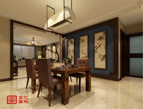 设计师大胆的运用中国蓝壁纸和木材结合,做出即含有中式韵味又不沉闷的电视墙