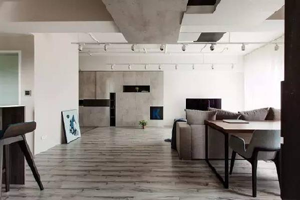 在这个案例中,一抬头可以看到两种完全不同感受的天花板。玄关之后到客厅上方的灯管与县官,裸露但整齐排列的管线,与砖墙的原生工业风气氛相符。