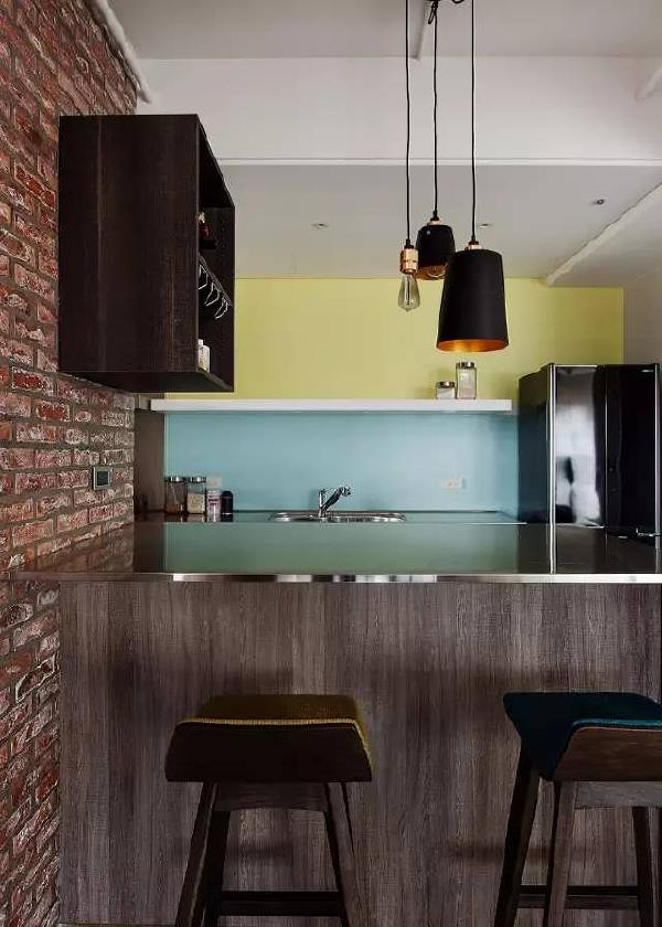 特别是客厅的落地窗,选用麻质的窗帘,呈现出北欧设计的简约自然感,空间显得更加宽敞。
