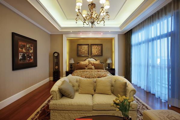 总体而言,客厅是宽敞而富有历史气息的。卧室布置较为温馨,作为主人的私密空间,主要以功能性和实用舒适为考虑的重点,多用温馨柔软的成套布艺来装点,同时在软装和用色上非常统一。