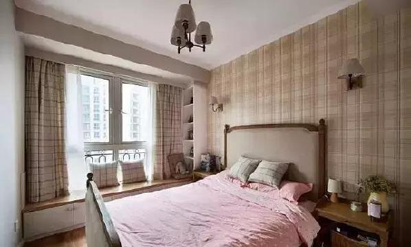 ▲次卧是孩子的房间,格子图案运用在背景墙、窗帘、床品上,打造出英伦学院风。