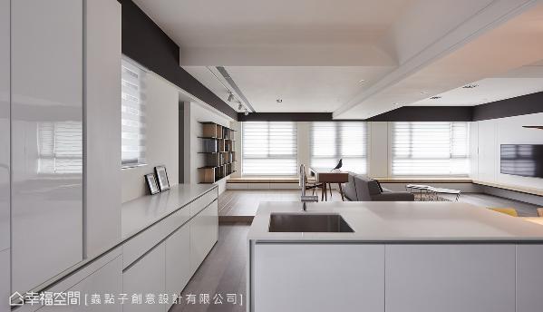 考虑高楼层空间多梁柱,天花板以包覆手法呈现斜面设计,四周边缘利用黑色框边,整合不同高低落差的视觉。