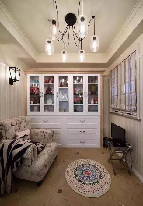▲小书房里只放了一张单人沙发,留出更多的活动空间,以免让人产生压抑感,看书、休息也更惬意。