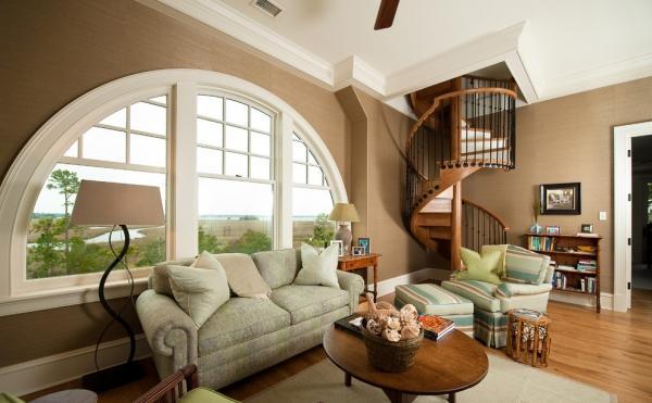 壁纸多为纯纸浆质地;家具颜色多仿旧漆,式样厚重;设计中多有地中海样式的拱。