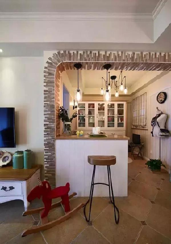 ▲餐厅边上是一个半开放式小书房,半墙式的隔断墙也充当吧台,时尚又实用。