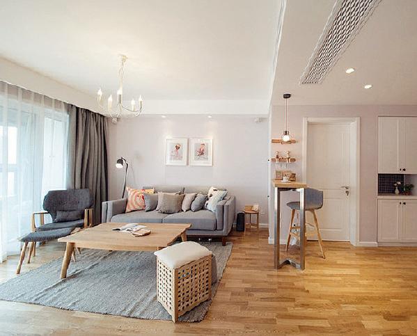 """是人在空间得到精神和身体的放松,并紧跟时尚的步伐,也满足的现代人""""混搭""""的乐趣。整个空间中只有卧室床头背景墙采用壁纸,个性的图案,将整个房间的温馨气息凸现出来。"""