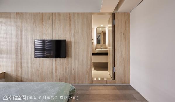 以电视墙区隔出睡眠区和卫浴区,立面利用温润的实木皮点缀,淡化入口门片机能。