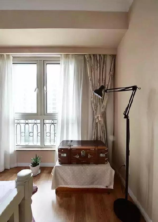 ▲外出用的行李箱不想塞到柜子里,不妨这么放,像是个性的茶几,也像特别的装饰。