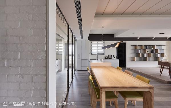以铁件拉门作为弹性隔间,时而串联餐厅和书房区,时而独立出餐厅和厨房空间。
