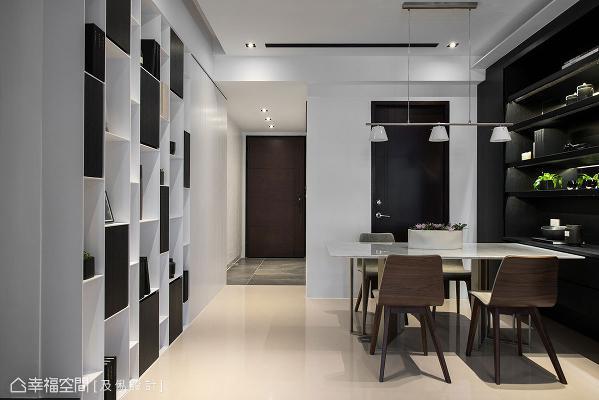 在整体的黑白视觉中,透过餐桌椅点上些微木色,平衡冷视觉带来微暖的空间感受。