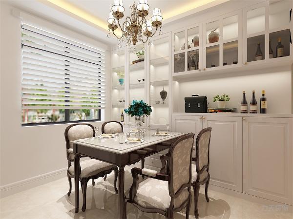 餐厅顶面也是选用回字形灯池吊顶,为了增加储物空间,一整面墙都摆放了定制的白色柜子,既美观又实用。