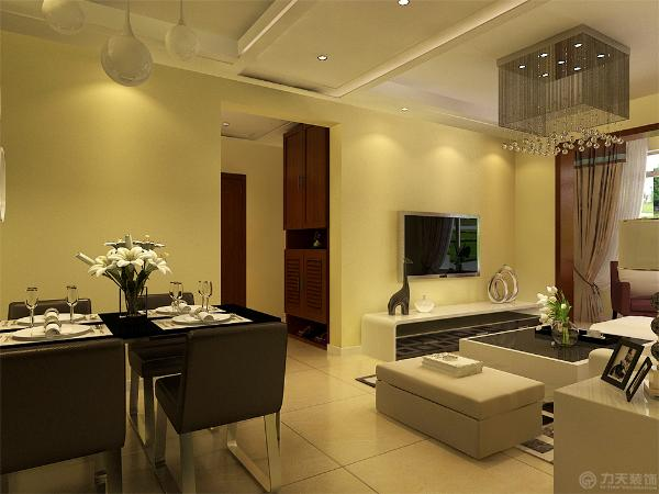 餐厅采用深色餐桌,墙上放展示架,起到装饰作用。