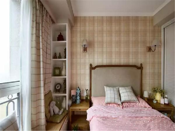 次卧是孩子的房间,格子图案运用在背景墙、窗帘、床品上,打造出英伦学院风。