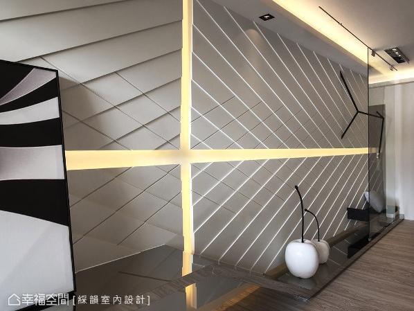 于壁面及天花嵌入间接照明,让空间视觉更显轻盈、柔和。